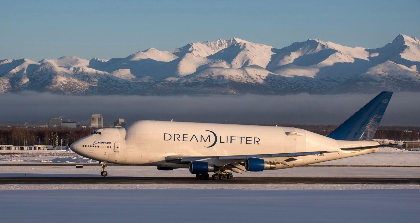 Pesawat Boeing Dreamlifter di Bandara Anchorage Alaska