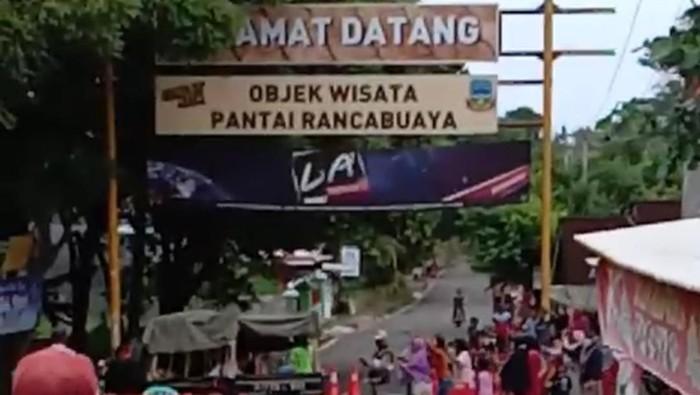 Heboh emak-emak di Garut buka blokiran objek wisata pantai Rancabuaya
