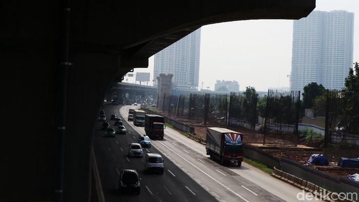 H+3 lebaran, arus lalu lintas Tol Jakarta-Cikampek terpantau ramai lancar, Rabu (27/5/2020). Kendaraan niaga paling mendominasi.