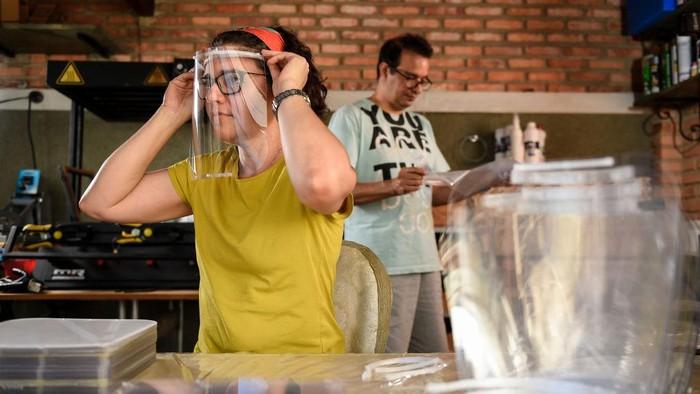 Memakai alat pelindung wajah sangat penting di era pandemi COVID-19. Tidak hanya masker kain, face shield juga sedang banyak disenangi masyarakat.