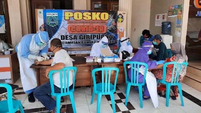 Pemkot Batu menerapkan karantina lokal bagi Desa Giripurno di Kecamatan Bumiaji. Itu diterapkan setelah tiga warganya positif Corona, lalu ada tiga PDP dan sembilan ODP.