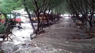 Air Pasang Terjang Pantai Blitar Selatan, 12 Warung Jebol, 5 Perahu Rusak