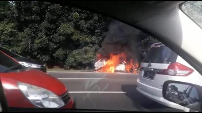 Mobil Terbakar di Tol Halim KM 3