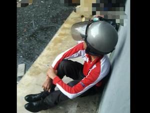 Viral Foto Tukang Pos Menangis di Pinggir Jalan, Ada Cerita Pilu di Baliknya