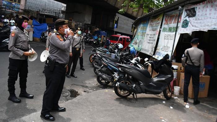 Anggota Ditsamapta Polda Metro Jaya gelar sosialisasi protokol kesehatan di Jakarta. Sosialisasi dilakukan sebagai persiapan untuk hadapi new normal.