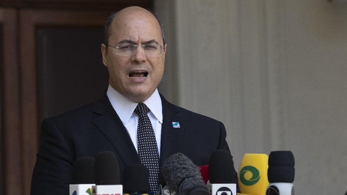 Rio de Janeiro Governor Wilson Witzel speaks to journalists at Laranjerias palace in Rio de Janeiro, Brazil, Tuesday, May 26, 2020. Brazils Federal Police searched Witzels official residence on Tuesday, part of an investigation into the alleged embezzlement of public resources in the states response to the COVID-19 pandemic. (AP Photo/Silvia Izquierdo)