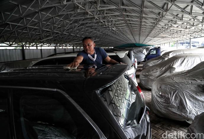 Tak sedikit warga yang harus mengencangkan ikat pinggang agar dapat bertahan di tengah pandemi COVID-19. Mobil pun digadai guna penuhi kebutuhan sehari-hari.