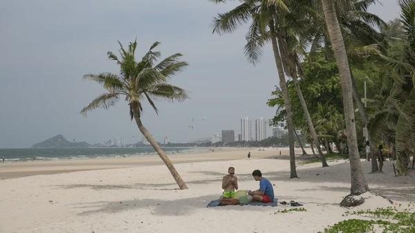 Namun untuk menggenjot pariwisatanya, Thailand mulai dari wisatawan domestik. (AFP)