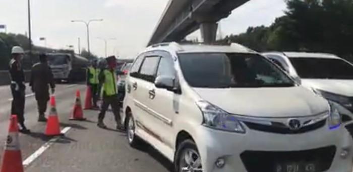 Mengantisipasi penyebaran Covid-19, Gubernur DKI Jakarta Anies Baswedan melarang pemudik kembali ke Jakarta tanpa surat izin keluar masuk (SIKM). Salah satu titik pemeriksaan terjadi di Km 47 B Tol Jakarta Cikampek. Kepadatan pun terjadi.