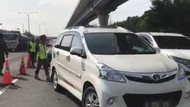 Video Antrean Kendaraan di Tol Japek, Petugas Cek Dokumen SIKM