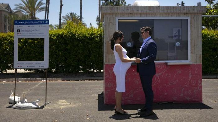 Sejumlah pengantin di Amerika Serikat tetap menggelar pernikahan saat pandemi Corona. Namun pernikahan tidak dilangsung di gedung, melainkan di tempat parkir.
