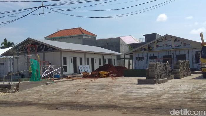 Pembangunan RS COVID-19 di Lamongan terus dikebut. Saat ini, pembangunan rumah sakit bantuan dari pemerintah pusat itu sudah mencapai 95 persen.