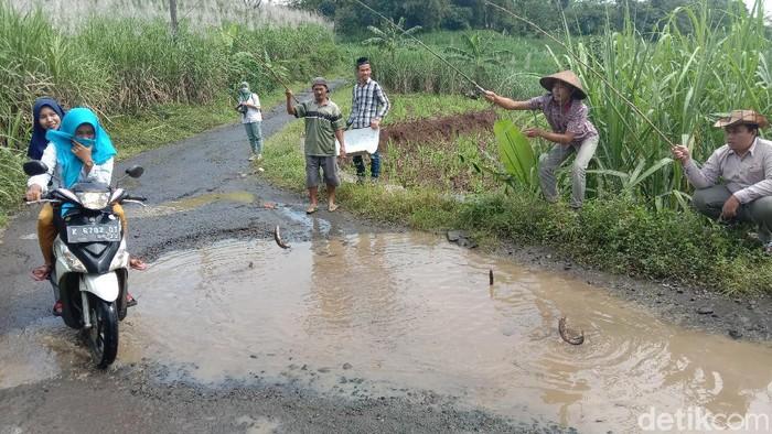 Warga di Desa Kudus ini protes jalan rusak dengan memancing lele