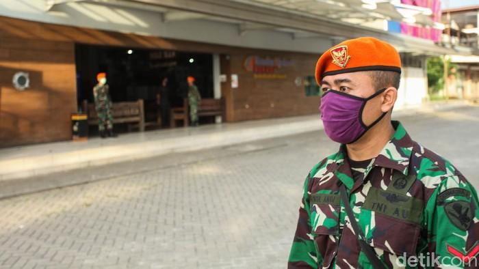 Kebijakan new normal yang diambil pemerintah akan dikawal ketat satuan TNI-Polri untuk mencegah kerumunan.