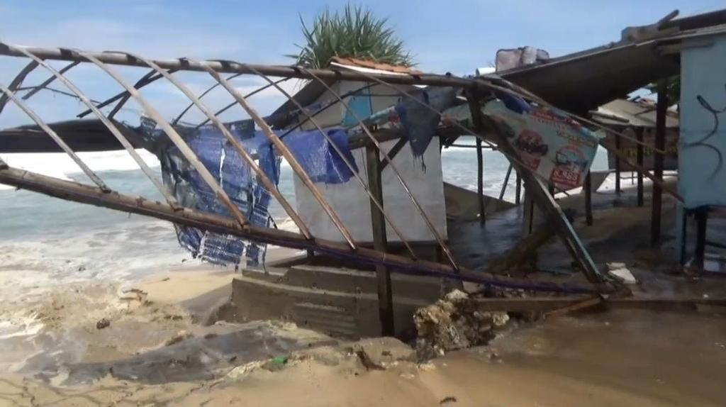 Ratusan Bangunan di Pesisir Pantai Gunungkidul Rusak Dihantam Ombak