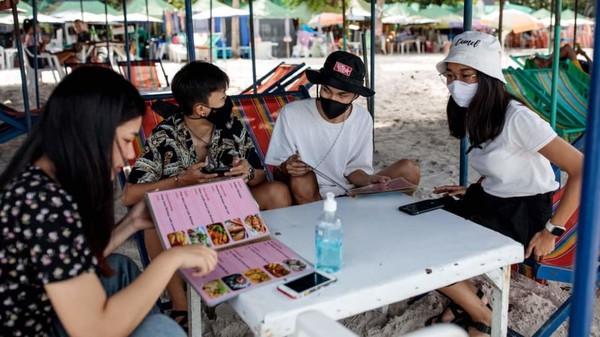 Warga lokal sudah cukup banyak yang mulai aktivitas liburan. Namun dengan standar New Normal. (AFP)