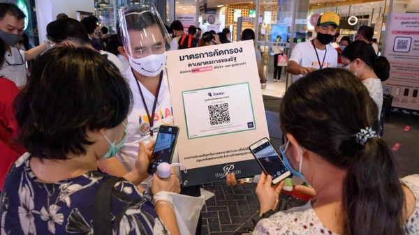 Masyarakat diberikan informasi terkait Corona lewat sejumlah aplikasi. (AFP)
