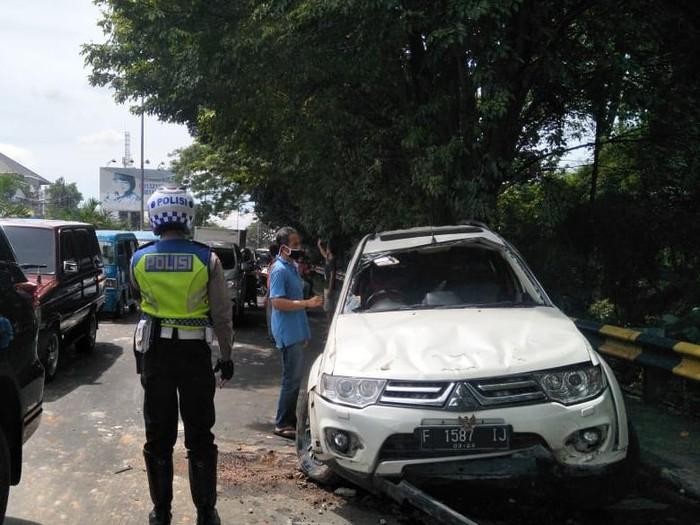 Mobil yang dikendarai Eggi Sudjana saat mengalami kecelakaan tunggal di Bogor