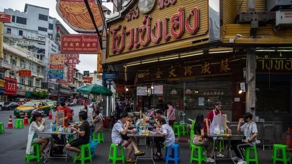 Restoran pun mulai berinovasi dengan New Normal, seperti meja yang diberi pembatas. (AFP)