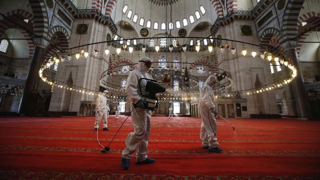 Segera Dibuka, Masjid Suleymaniye Disemprot Disinfektan