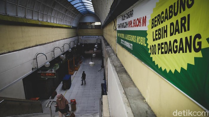 Kawasan Blok M menjadi salah satu lokasi yang selalu ramai warga karena mencakup terminal hingga mal. Kini, kawasan tersebut bak mati suri.