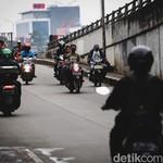 Bahaya! Aksi Pemotor Bandel Nekat Lawan Arah di Ibu Kota