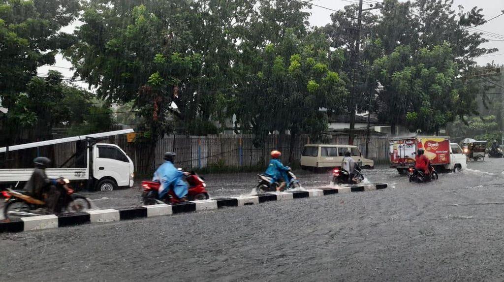 Surabaya Dilanda Hujan Mulai Pagi hingga Petang, Ini Penyebabnya