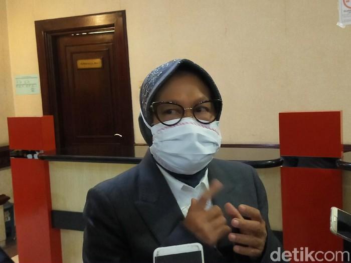Wali Kota Surabaya Tri Rismaharini tengah fokus pada tes swab massal untuk warga reaktif. Meski begitu, ia pelan-pelan memikirkan konsep new normal untuk Surabaya.