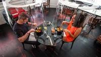 Terapkan Social Distancing Pengunjung di Resto Ini Makan di Bawah Kap Lampu Transparan