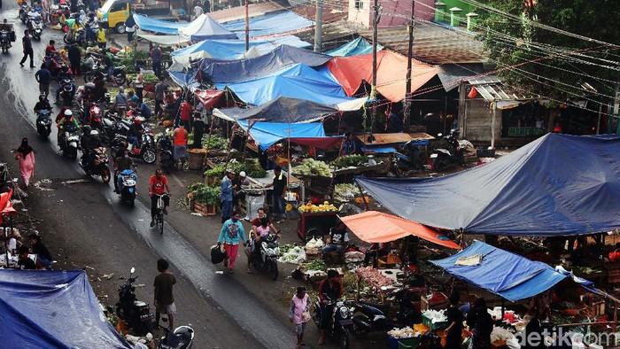 Pemkab Bogor memperketat penerapan PSBB jelang penerapan new normal. Namun pasar tradisional Cileungsi masih dipenuhi warga yang berbelanja.