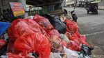 Tumpukan Sampah Bikin Bau di Flyover Ciputat