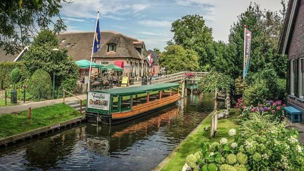 Sesuai dengan julukannya, traveler akan sulit mendapati jalan raya di desa ini. Namun, panorama kanal menjadi hal yang lumrah ditemui di desa ini (Giethoorn Tourism)