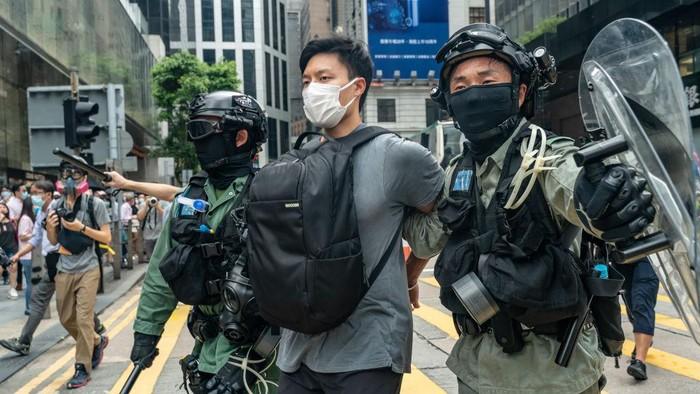 Polisi Hong Kong menangkap sekitar 300 orang yang menggelar unjuk rasa menolak RUU lagu kebangsaan China.