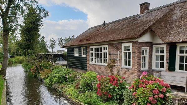 Berada di sisi Timur Belanda, tiap rumah di Giethoorn memang dihubungkan oleh kanal air. Banyak yang tak bisa diakses dengan jalur darat. Oleh sebab itu, tukang pos pun mengantar surat lewat perahu (Giethoorn Tourism)