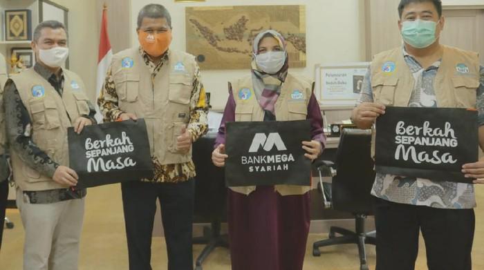 Bank Mega Syariah bekerjasama dengan Gugus Tugas COVID-19 UIN Syarif Hidayatullah Jakarta membantu mahasiswa dan warga sekitar kampus yang terdampak COVID-19.