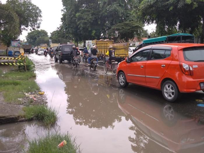 Jalan lintas Medan- Binjai rusak parah (Datuk Haris-detikcom)