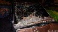 Banyak sisa batu bata dan batu yang masih berserakan di bagian kap mobil dan kabin sopir.