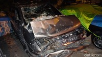 Terlihat bagian depan mobil mengalami kerusakan yang parah.