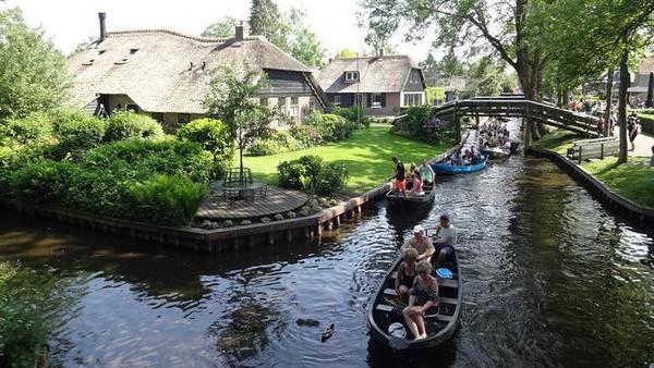 Diketahui, kanal yang ada di Giethoorn membentang hingga 90 km. Perjalanan naik kano dan perahu motor pun juga menjadi atraksi wisata populer di desa ini (Giethoorn Tourism)
