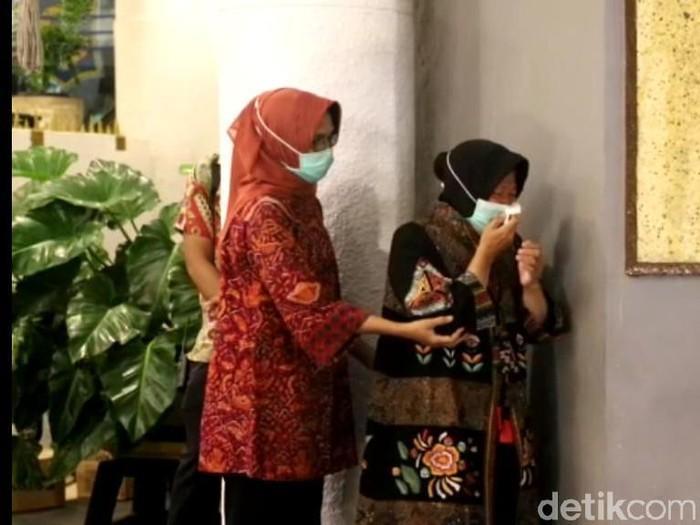 Pemkab Surabaya menerima bantuan alat kesehatan (alkes), APD hingga mobil PCR dari Badan Intelijen Negara (BIN). Wali Kota Surabaya Tri Rismaharini tak kuasa menahan haru usai truk ekspedisi berisi alkes dibuka di Balai Kota Surabaya.