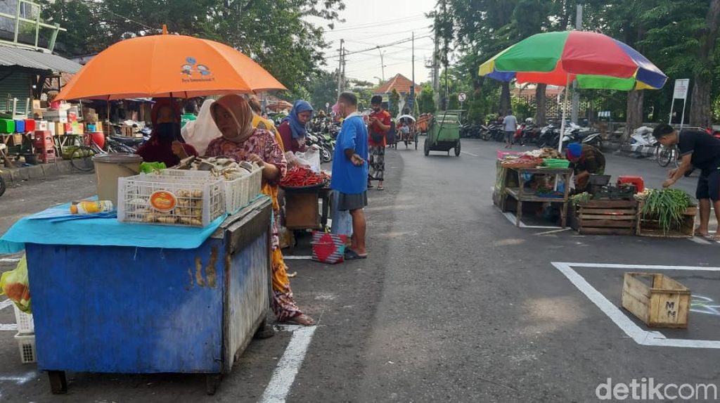 Keren! Pasar Pegirian di Surabaya Terapkan Physical Distancing
