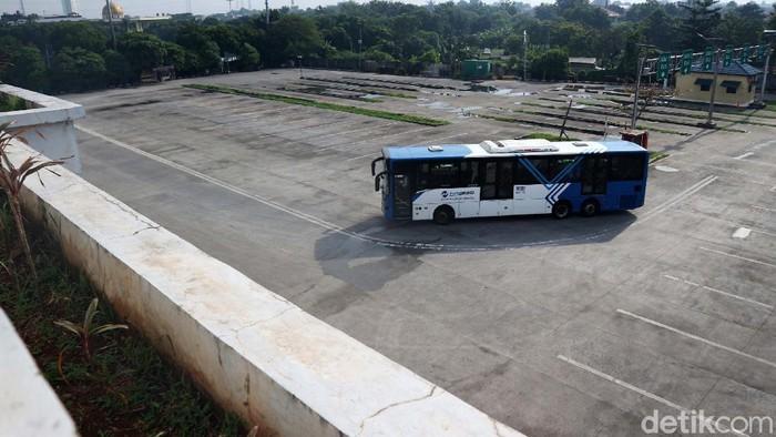 Suasana terminal bus Pulo Gebang, Jakarta, sepi. Sejak berlakunya surat izin keluar masuk (SIKM) belum ada penumpang yang pergi maupun melalui terminal ini.