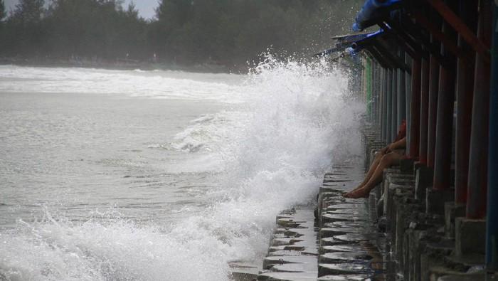 Gelombang tinggi di perairan Laut Bengkulu.