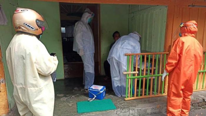 Petugas saat melakukan pemeriksaan terhadap warga di Cacaban, Kota Magelang.
