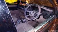 Pada bagian stir mobil nampak cover klakson yang sudah terlepas. Kaca samping bagian sopir mengalami pecah. Dan cukup banyak bekas reruntuhan bangunan yang berserakan pada bagian kabin sopir.
