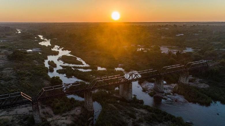Hotel dari gerbong kereta yang ditaruh permanen di atas jembatan kereta, Taman Nasional Kruger