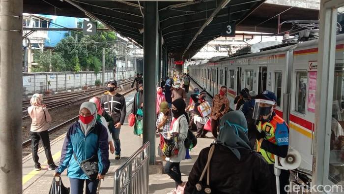 Suasana di Stasiun KRL