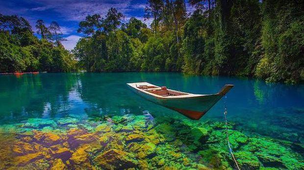 Jika ingin melihat danau yang indah dengan air yang sangat jernih bagaikan cermin, bisa kunjungi danau yang ada di Kalimantan Timur bernama Danau Labuan Cermin.