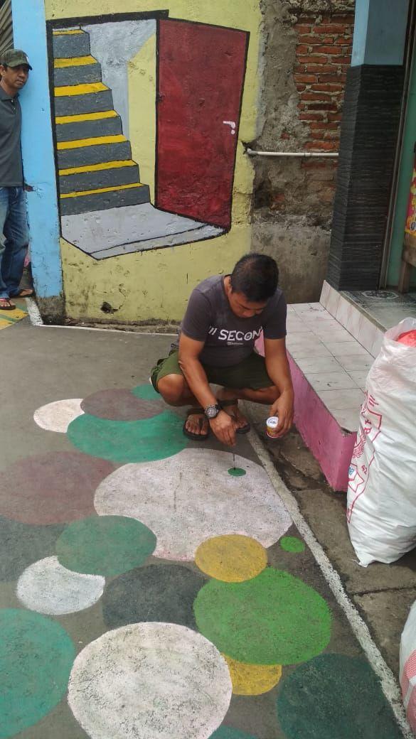 Warga Cakung gambar mural untuk hibur anak saat PSBB