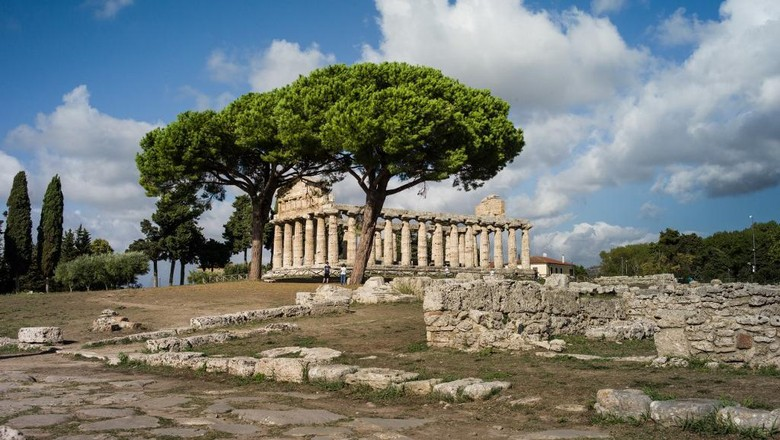 The temple of Athena is pictured on September 14, 2017 at the Paestum and Velia archeological park which contains three of the most well-preserved ancient Greek temples in the world,  in Capaccio-Paestum, near Naples. (Photo by Guillaume BAPTISTE / AFP)